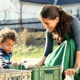 Gabriela se synem na zahradě